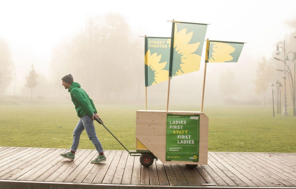 grüner Kommunalpolitiker zieht bio öko Wahlkampfwagen